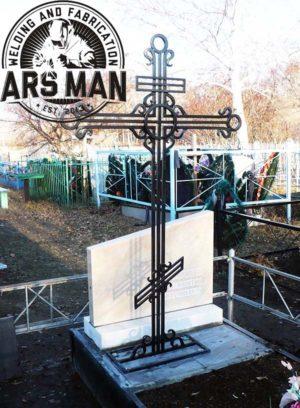 Ритуальный крест на кладбище