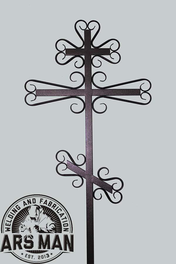 Крест с узорными элементами