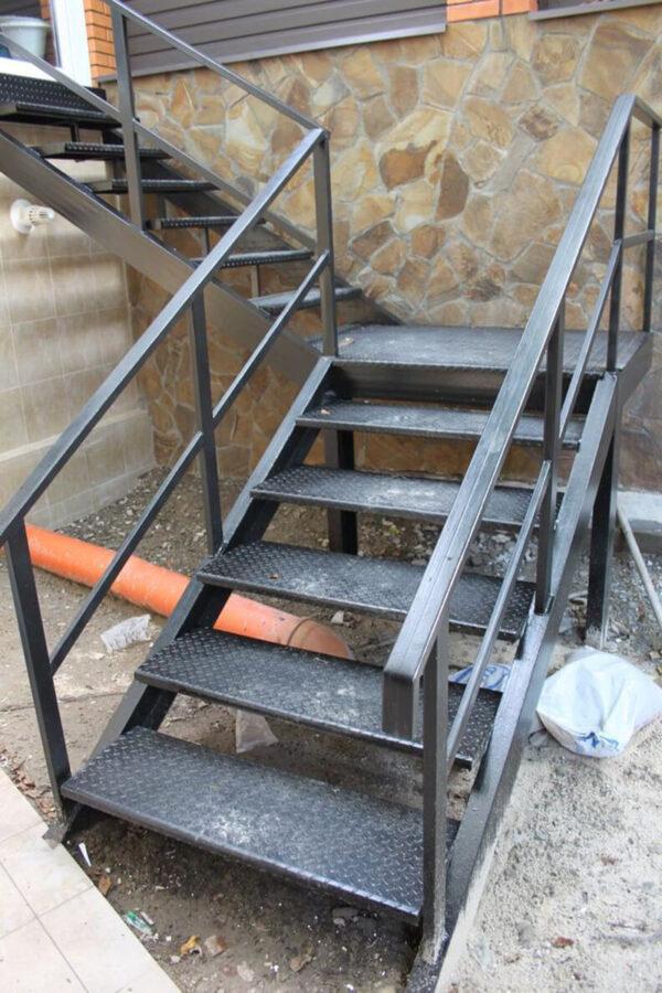 Стальная лестница для входа на заказ
