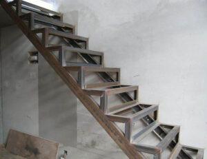 Железная лестница для цокольного этажа